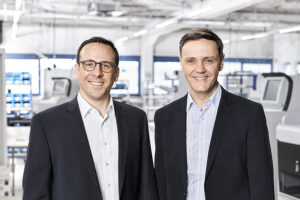Dominik Seel and Harald Heinz (r.) form the management of HESS Cash Systems in Casino International magazine